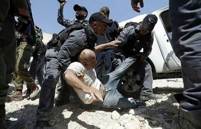 فلسطين | الاحتلال يعتدي على المعتصمين بالخان الأحمر ويعتقل 3 شبان