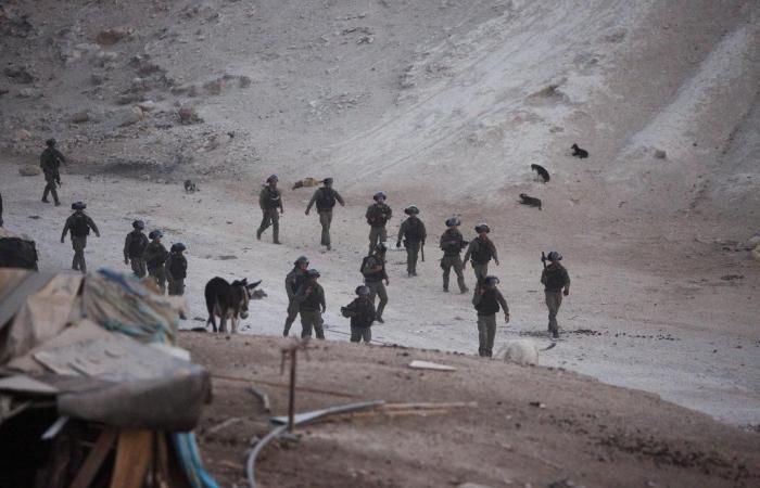فلسطين | الاحتلال الاسرائيلي يغلق طرق فرعية مؤدية إلى الخان الأحمر