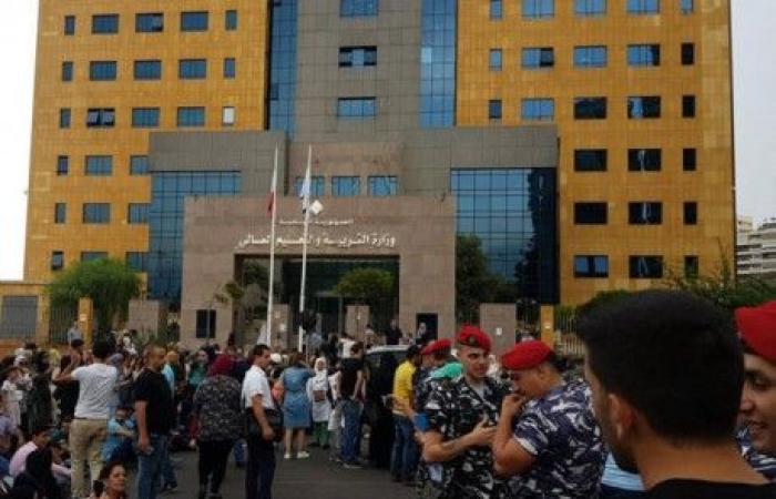 متعاقدو الأساسي قطعوا الطريق امام وزارة التربية