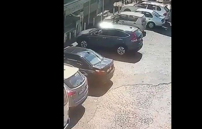 بالفيديو: سرقة سيارة في وضح النهار من المنصورية
