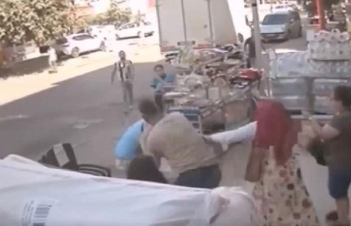 تنزيلات تتسبب بمشاجرة عنيفة بين زبونين في تركيا (شاهد)