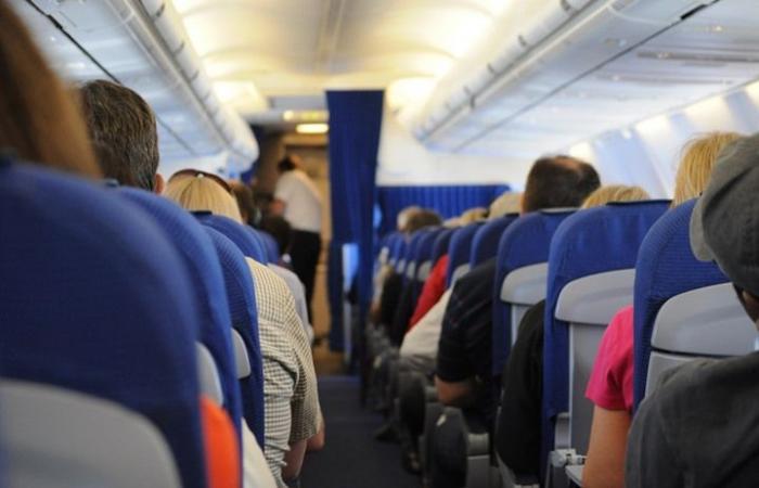 مثير.. طرد مسافر من الطائرة بسبب هذا التصرف الغريب