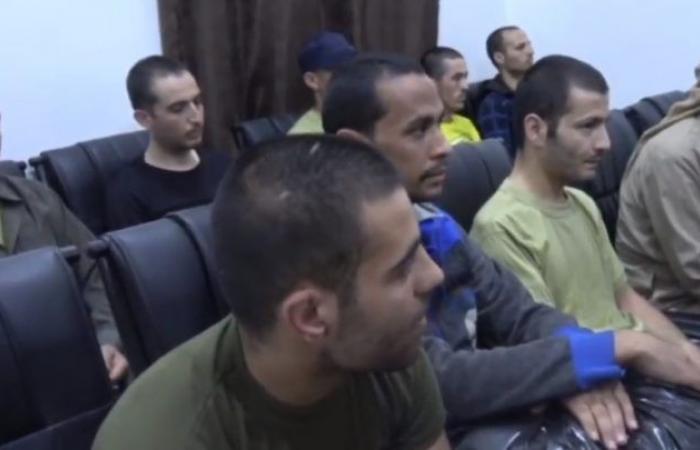"""سوريا   """" حسن نية """" .. قوات سوريا الديمقراطية تطلق سراح 17 معتقلاً من """" داعش """" ( فيديو )"""