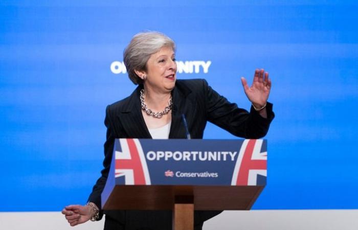 رئيسة وزراء بريطانيا ترقص قبل إلقاء خطاب أمام حزبها (فيديو)