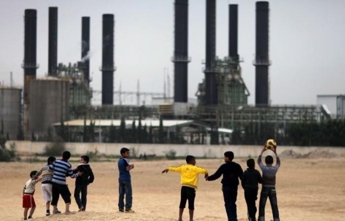 فلسطين | هآرتس: مساعدات مالية قطرية لحل أزمة الكهرباء في غزة دون موافقة الرئيس عباس