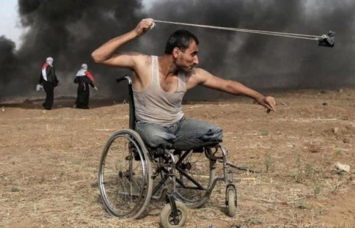 فلسطين   صورة مؤثرة لمُقعد فلسطيني تفوز بجائزة دولية