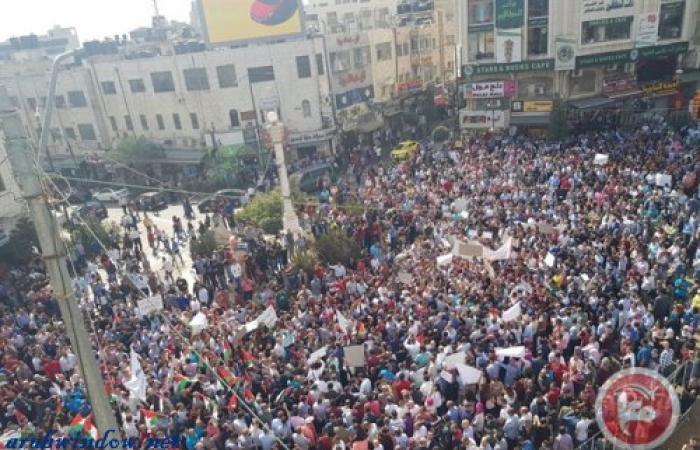فلسطين | القطاع الخاص يدفع موظفيه (الياقات البيضاء) الى الشارع