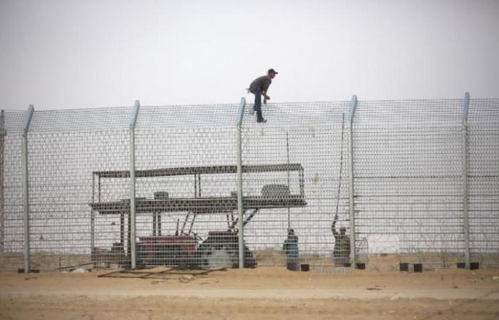 """فلسطين   غزة: متظاهرون يدمرون بوابة موقع """"النمر"""" العسكري بدير البلح"""