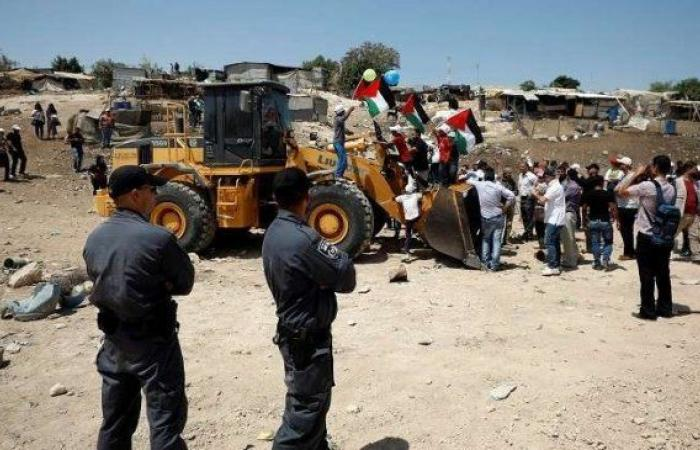 فلسطين | جرافات الاحتلال تعود للعمل في محيط الخان الأحمر والاحتلال يحاصر القرية