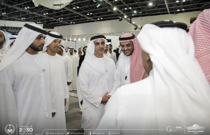 سيف بن زايد يزور جناح الداخلية السعودية في جيتكس 2018