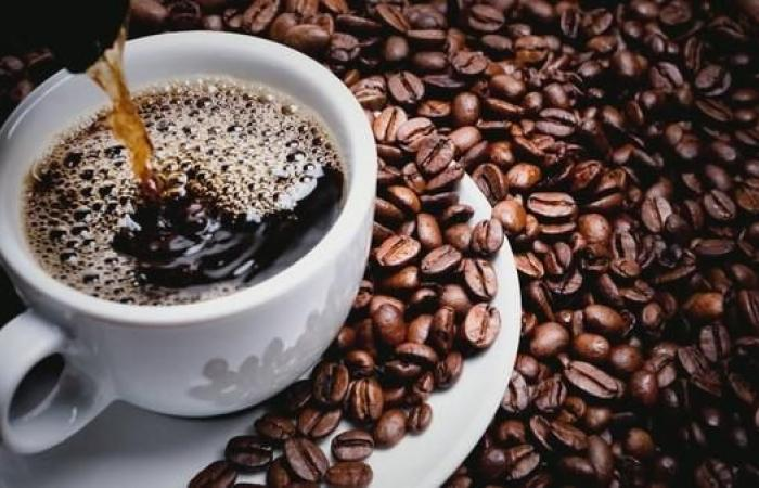 لماذا يفضل البعض القهوة على الشاي؟.. العلم يجيب