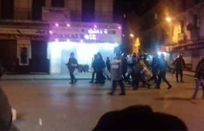 فيديو..اندلاع مواجهات عنيفة بين الشرطة ومشجعين بالجزائر