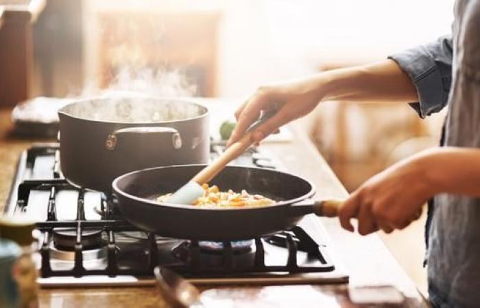 عند طهي الأطعمة.. هكذا تتفادى الإصابة بالتسمم الغذائي