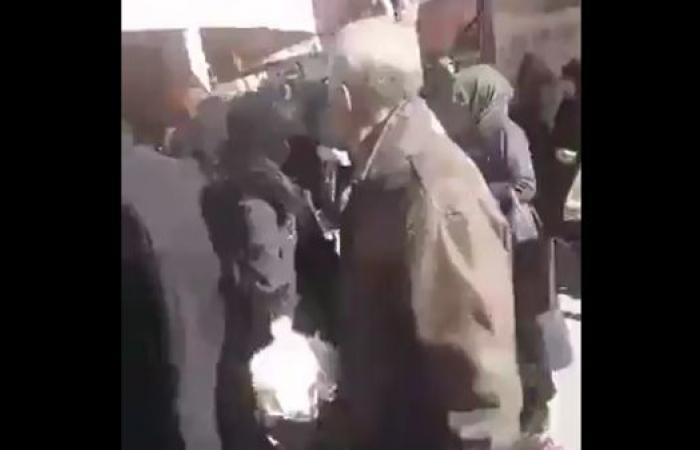 إيران | شاهد.. إيرانيون يتزاحمون بطوابير لاستلام الدجاج المدعوم