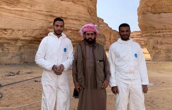 """الخليح   شاهد.. سعوديون """"يجمّلون"""" جبال العلا"""