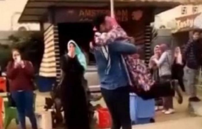 """""""الحب مش جريمة""""… حملة في مصر بعد طرد طالبة عانقت صديقها"""