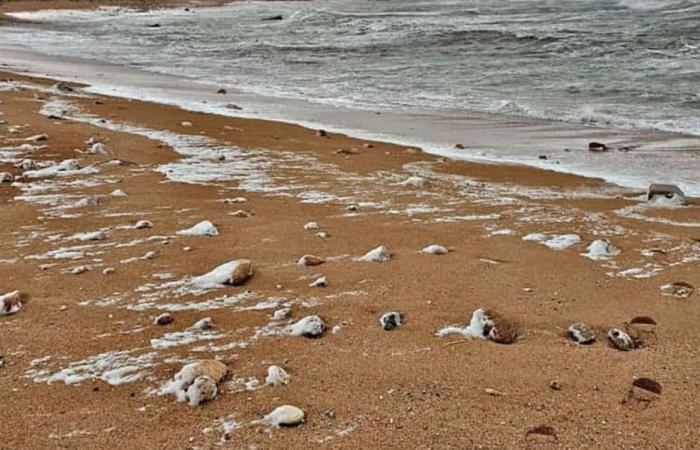 """صور تستقبل """"ميريام"""".. وحبّات البرد غطّت الشاطئ!"""