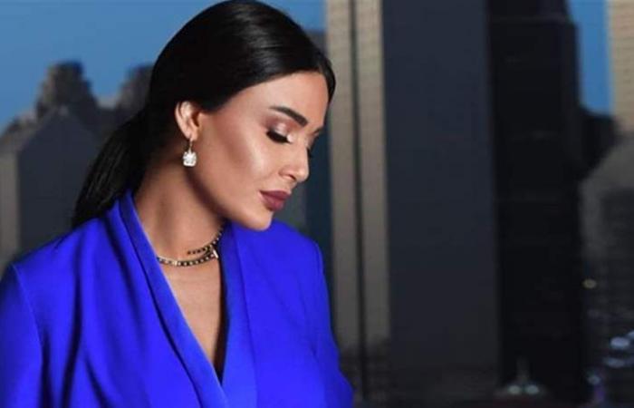 كما فعلت سيرين عبد النور.. أضيفي اللون الأزرق لملابسك الشتوية