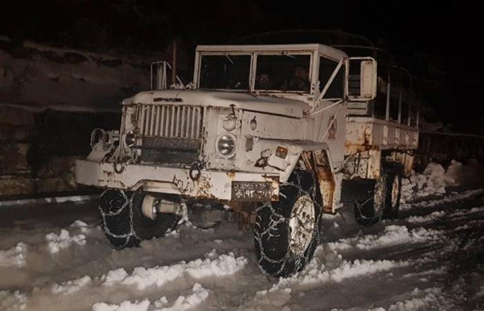 إنقاذ مواطنين علقوا داخل سياراتهم في عنايا