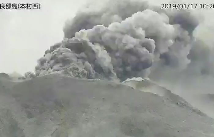 ثوران بركان في جزيرة صغيرة في جنوب غرب اليابان