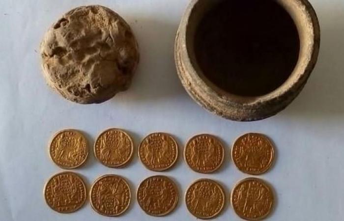 مصر   مصر.. الكشف عن عملات مالية تعود لعصر البيزنطيين