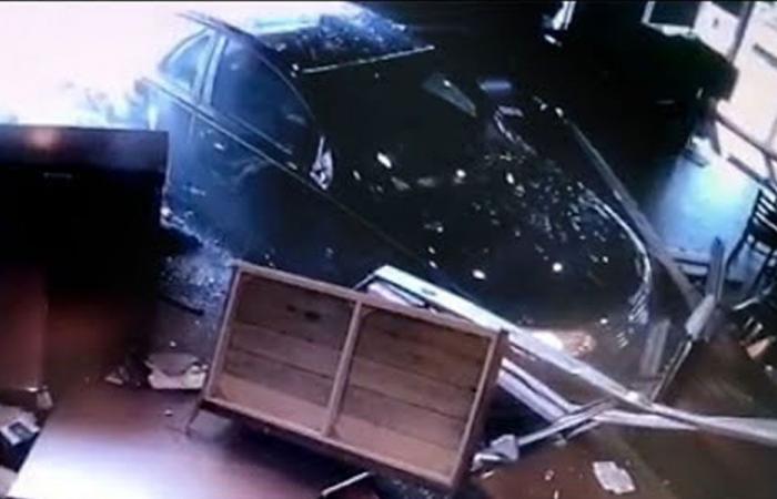 بالفيديو: سيارة تقتحم مطعماً وتسبب كارثة