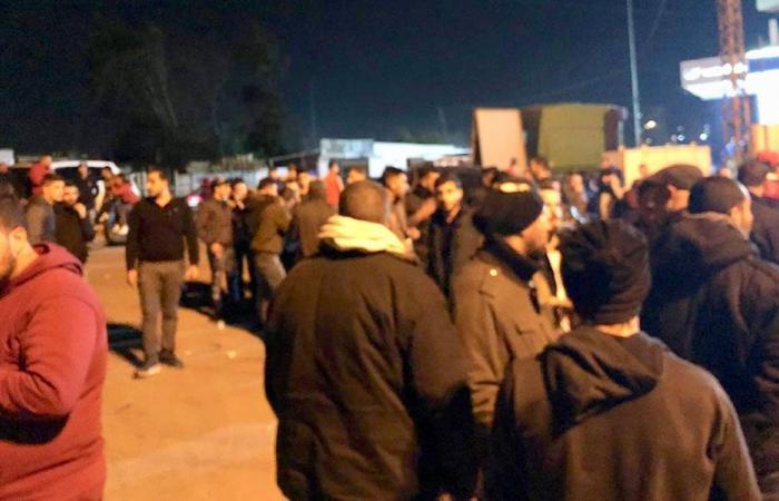 بعد قرار الجمارك.. عمال مرفأ طرابلس يعتصمون