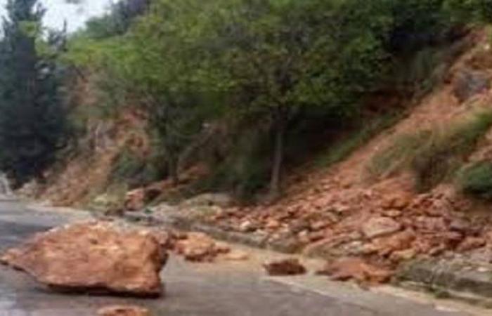 صخور تقطع طريق طيرفلسيه-صور