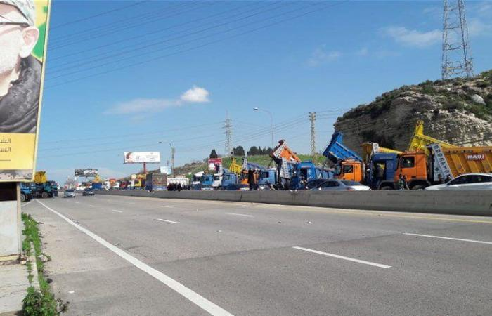 بالصور: اعتصام لاصحاب الشاحنات على أوتوستراد الزهراني