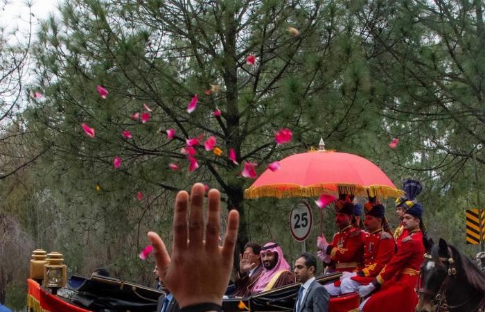 الخليح | صور لمحمد بن سلمان يستقل عربة الخيول في باكستان