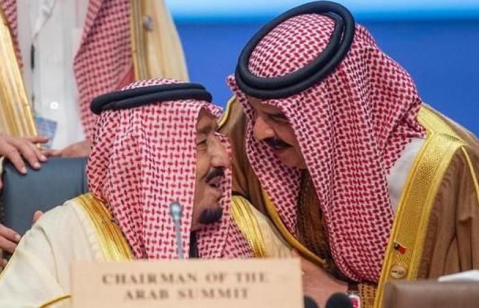 الخليح   في لقطة عفوية.. الملك حمد يقبل رأس الملك سلمان