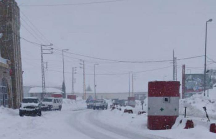 الثلوج احتجزت عشرات السيارات على طريق ضهر البيدر
