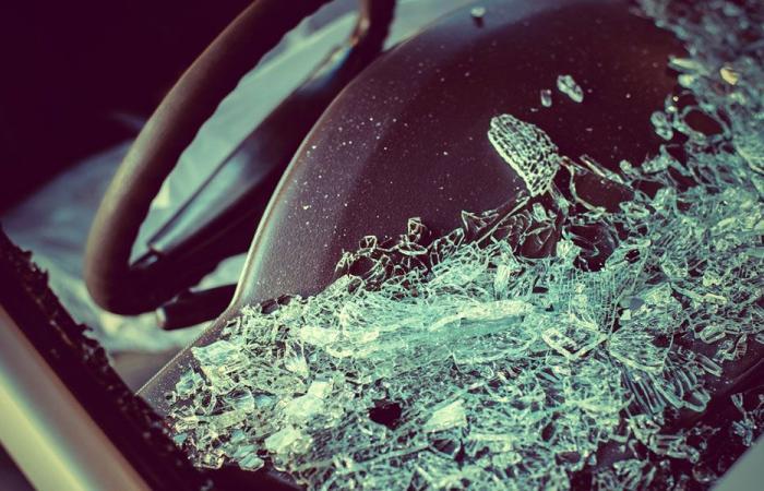 إصابة أم وطفلتها بانزلاق سيارتهما في يحمر