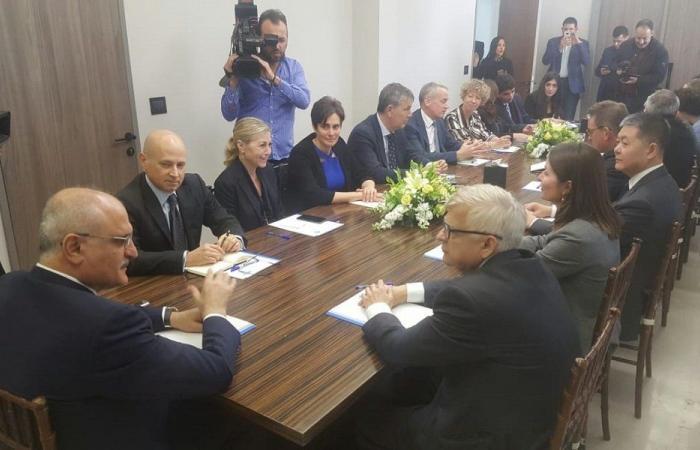 وزير المال عرض على عدد من السفراء تصوّرات للمرحلة الجديدة
