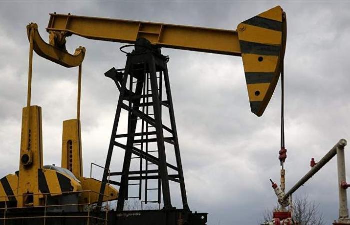 النفط ينزل مع تقليص الصين هدف النمو.. لكن خفض إنتاج أوبك يدعمه