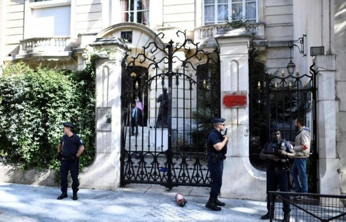 صحيفة إيرانية متشددة تدعو إلى طرد دبلوماسيين فرنسيين