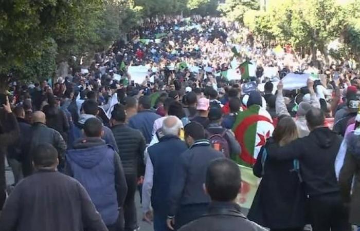 الجزائر.. أحزاب معارضة تدعو إلى إعلان شغور الرئاسة