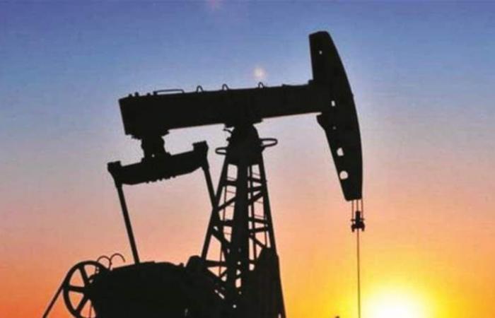 النفط ينخفض بفعل ارتفاع مخزون أميركا.. وتوقعات متفائلة للإنتاج الصخري