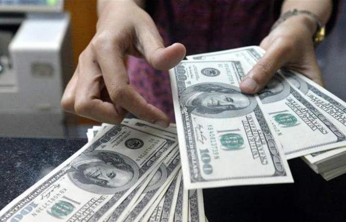 الدولار يرتفع لأعلى مستوى بأسبوعين واليورو يهبط