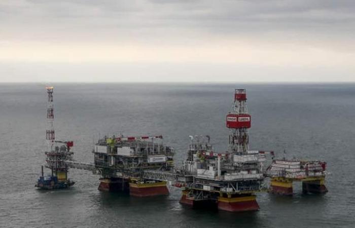النفط يرتفع بفعل عقوبات فنزويلا وإيران وتخفيضات أوبك