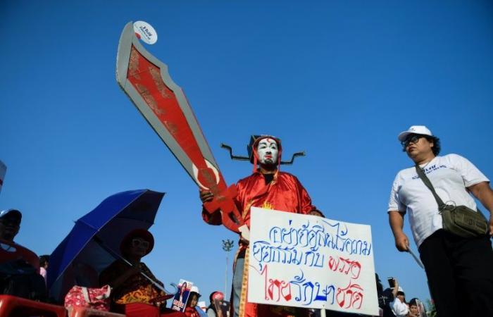 المحكمة الدستورية في تايلاند تحل الحزب المعارض المرتبط بشيناواترا