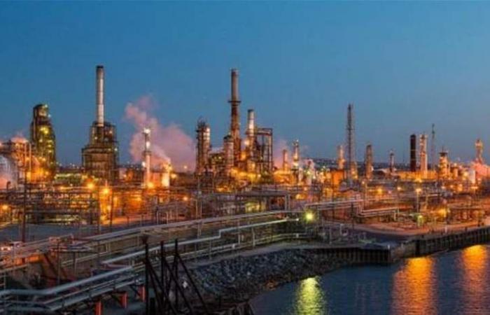 النفط يرتفع مع تمسك السعودية بتخفيضات أوبك وتراجع أنشطة الحفر الأمريكية