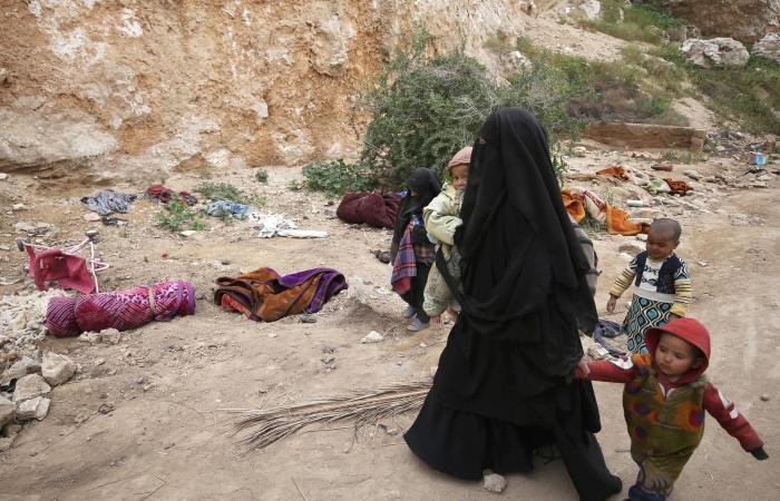 سوريا   رحلة الخروج من الباغوز.. شاهد داعشية ترمي طفلاً وتتأفف