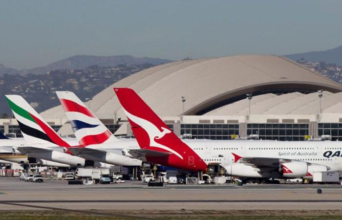 دهشة بين المسافرين في مطار لوس إنجلوس.. وهذا ما حصل!