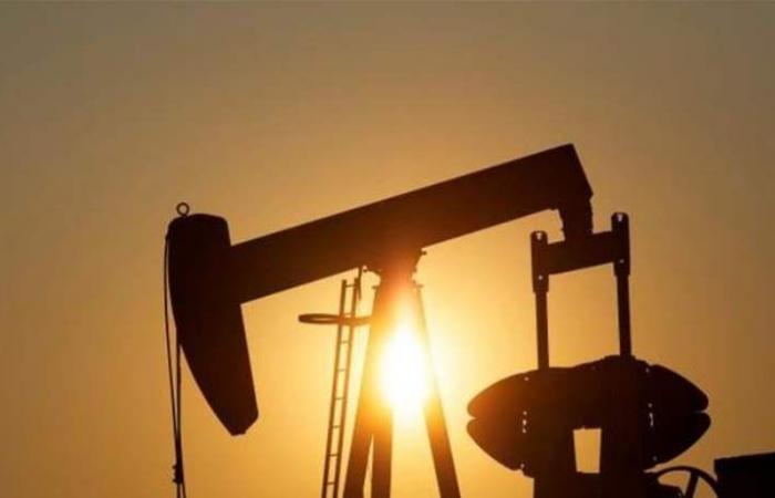 النفط يصعد وسط استمرار تخفيضات المعروض لكن مخاوف الركود تكبحه