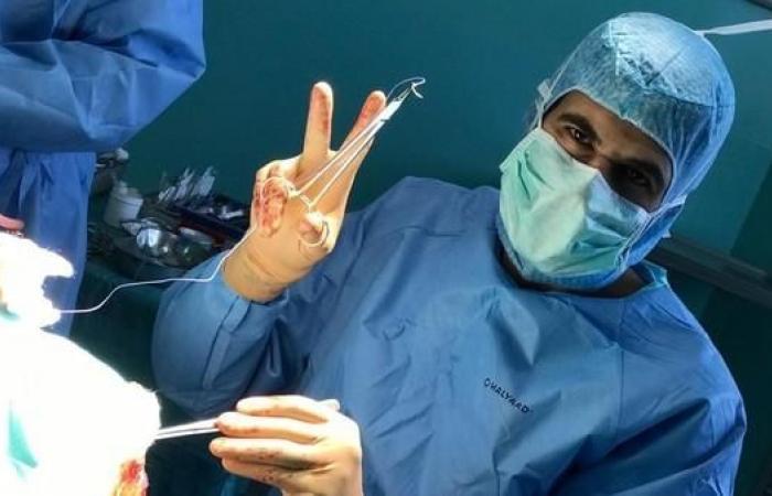 """الخليح   طبيب سعودي يزيل ورماً لمريض """"واع""""!"""