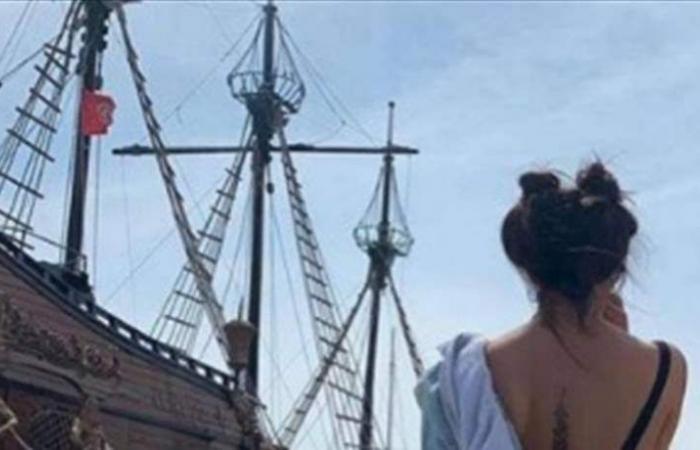 ممثلة سورية تنزع سترتها لإظهار الوشم على ظهرها (صور)