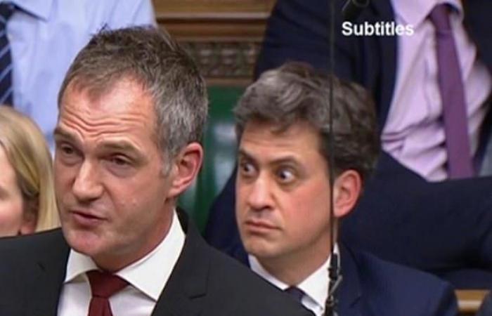 أنصاف عراة يقتحمون البرلمان البريطاني