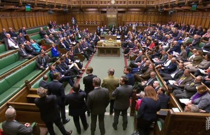 مسؤولون أوروبيون يحذرون من خروج بريطانيا من دون صفقة