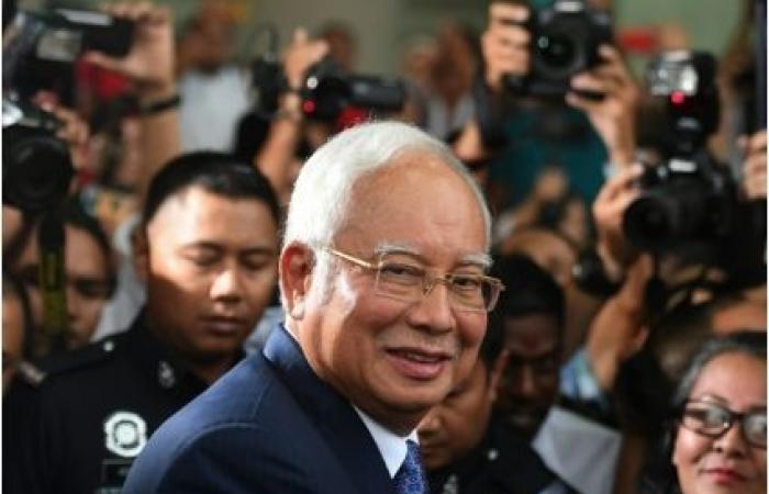 رئيس الوزراء الماليزي السابق يدفع ببراءته من تهم الفساد